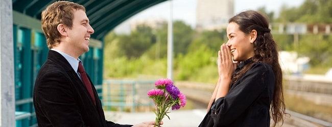draguer fille de russie avec des fleurs
