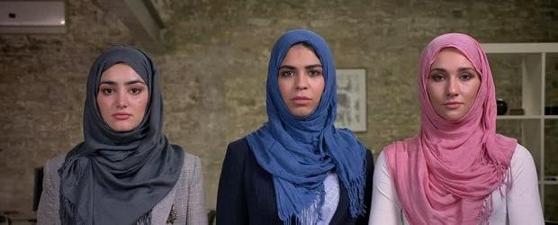 filles arabes debout