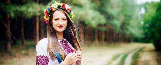 fille d'Europe orientale dans la forêt