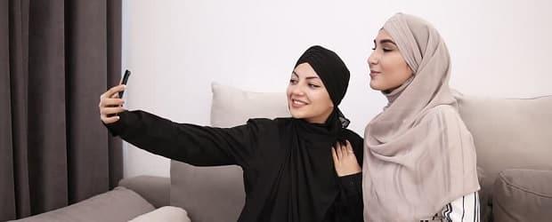 fille arabe qui prend un selfie avec sa copine