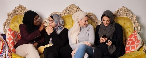 femmes arabes et noire sur un fauteuil