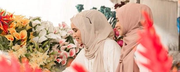 femmes islam avec des fleurs