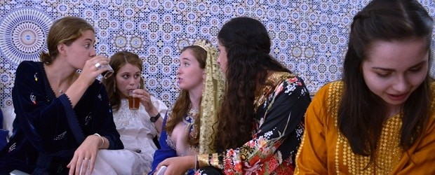 filles maghrebines tenues traditionnelles