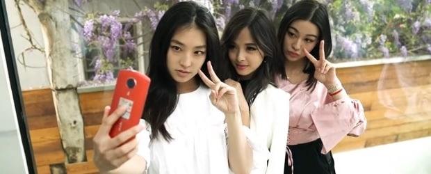 filles de chine faisant un selfie