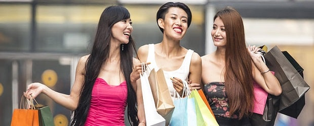 filles asiatiques faisant les boutiques