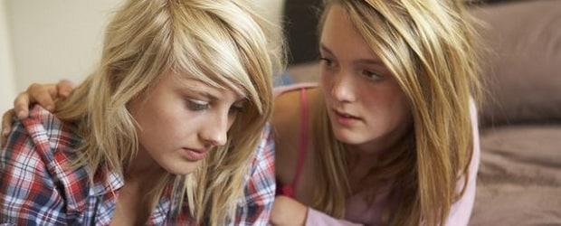 Deux filles slaves avec des cheveux blonds