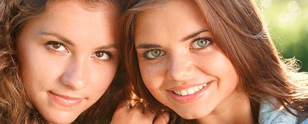 deux femmes slaves avec des cheveux bruns