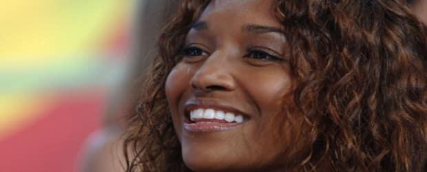 fille africaine aux cheveux ravissants