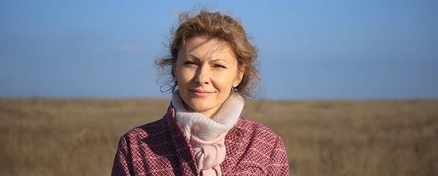 fille d'Ukraine dans un champ sur UkraineDate
