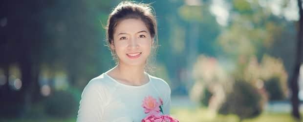 fille du Vietnam avec une rose