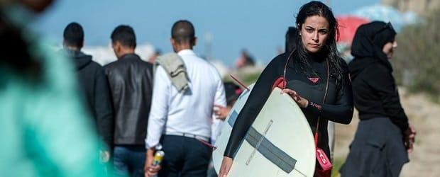 femme marocaine en tenue de surf