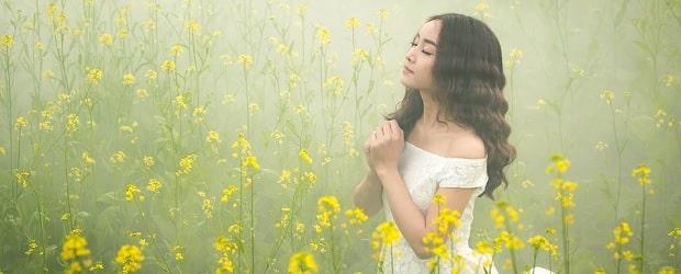 femme du japon avec des fleurs