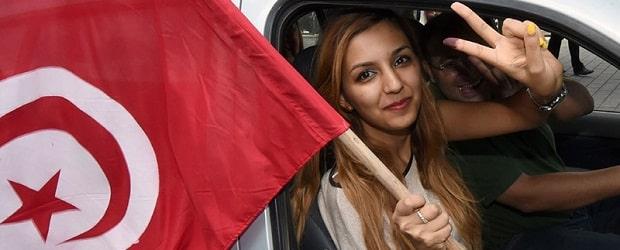 femme tunisienne avec un drapeau du pays