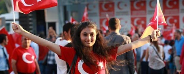 femmes de Turquie avec drapeau turque