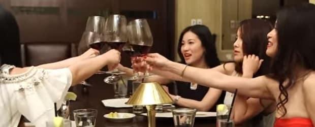 femmes d'Asie en train de boire du vin