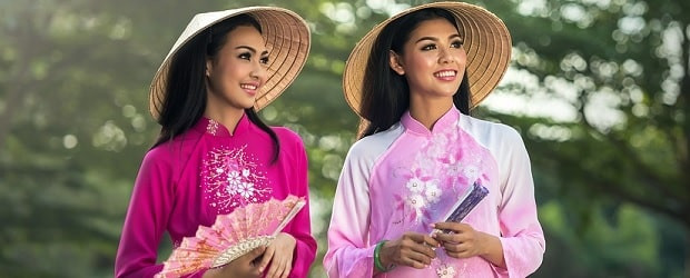 filles avec un éventail sur vietnam cupid