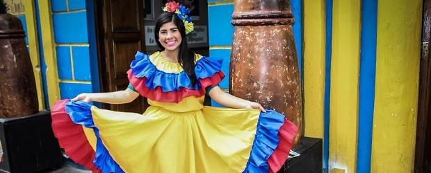 femme colombienne avec des vêtements traditionnels sur colombiancupid