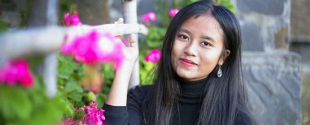 femme malaisienne qui aime les fleurs