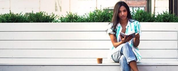 Filipina lisant un livre filipino cupid
