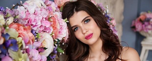 fille hongroise qui aiment les roses