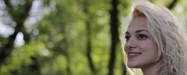fille polonaise dans la forêt