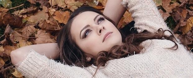 fille de Tchéquie couchée à terre