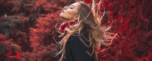 femme tchèque profitant de la chute des feuilles