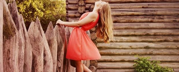 femme hongroise en robe orange