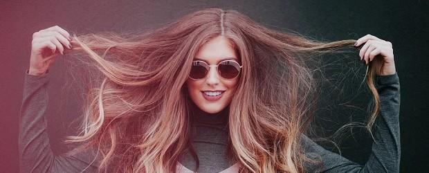 femme de Hongrie avec des lunettes kitsch