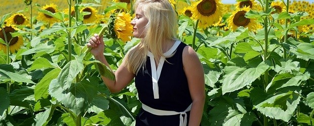 fille croate dans un champ de fleurs
