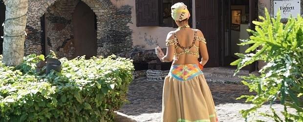 fille de Cuba en tenue traditionnelle