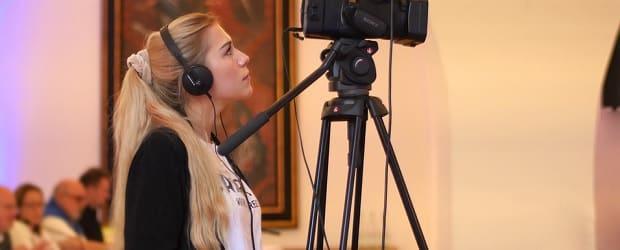 femme de Croatie caméraman