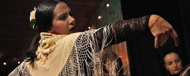 femme d'Espagne qui fait une danse traditionnelle