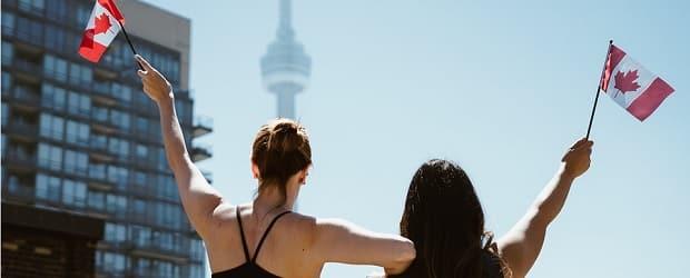 filles du Canada avec le drapeau