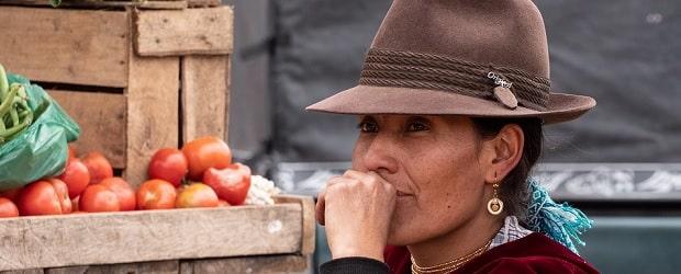 fille d'Equateur au marché