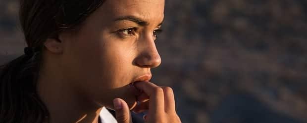 fille équatorienne avec la main en bouche