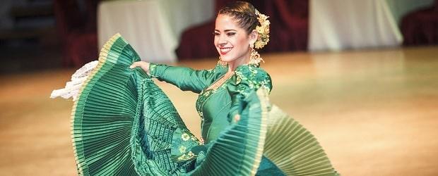 fille du Pérou dans une tenue de danse