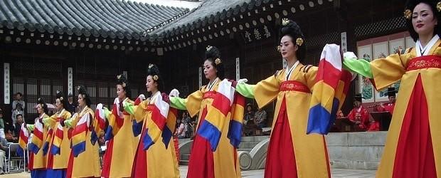 filles qui font une danse traditionnelle coréenne