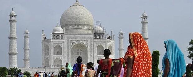 filles d'Inde devant un monument important