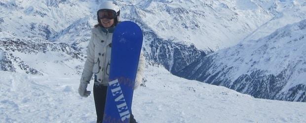 femme d'Autriche faisant du snowboard