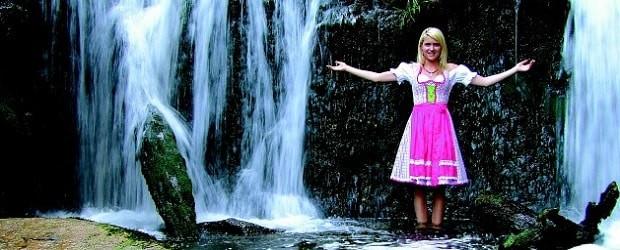 femme autrichienne devant une chute d'eau