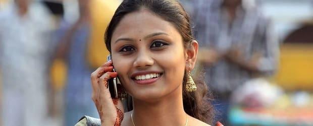 femme indienne passant un coup de fil