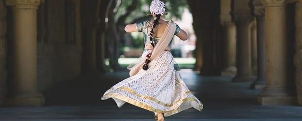 femme d'Inde allant prier