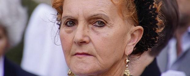 femme âgée élégante