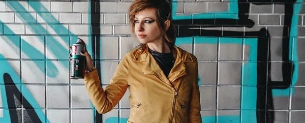 fille cougar dans la rue