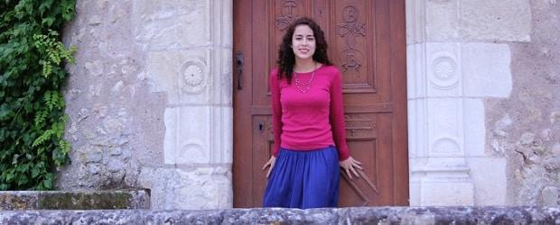femme de France devant un édifice religieux