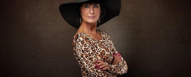 femme française mûre au chapeau