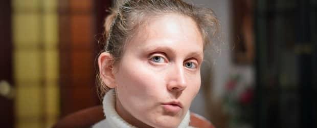 fille slovène dans un bar