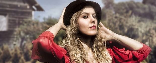 fille de Slovénie avec un chapeau