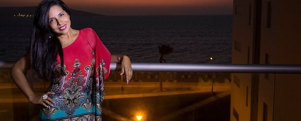 femme du Costa Rica devant la mer